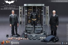 The Dark Knight MM dioráma Batman Armory Bruce Wayne & Alfred