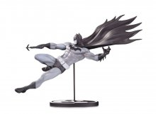 Batman Black & White Socha Batman by Doug Mahnke 18 cm