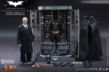 The Dark Knight MM dioráma Batman Armory & Alfred Pennyworth